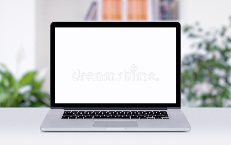 Maquette d'ordinateur portable sur la table dans des bureaux image libre de droits