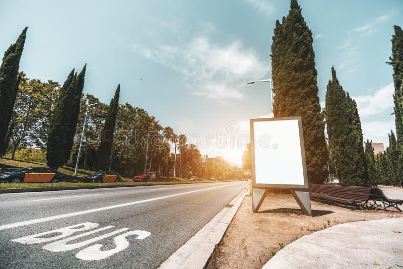 Maquette de bannière de ville près de la route avec des cabines et des voitures photographie stock libre de droits