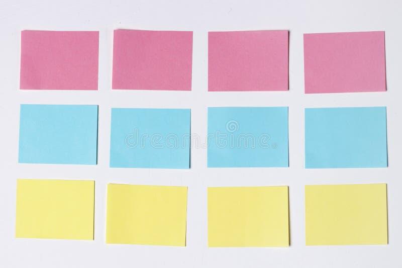 Maquette de beaucoup d'autocollants multicolores vides de bureau sur un fond en bois copiez l'espace, l'espace pour le texte Conc image libre de droits