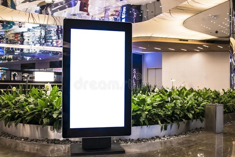 Maquette de blanc de panneau d'affichage et cadre vide de calibre pour le logo ou texte sur le fond extérieur de ville d'écran d' photo stock