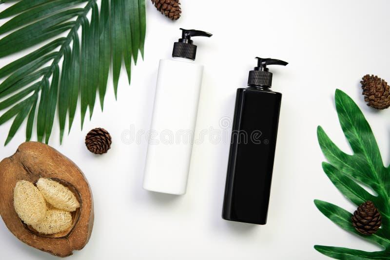 Maquette de bouteille crème cosmétique, de paquet vide de label et d'ingrédients sur un fond blanc photos stock