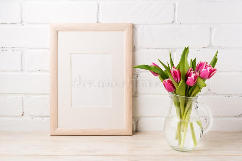 Maquette de cadre en bois avec les tulipes roses magenta dans le ja en verre de broc photos libres de droits