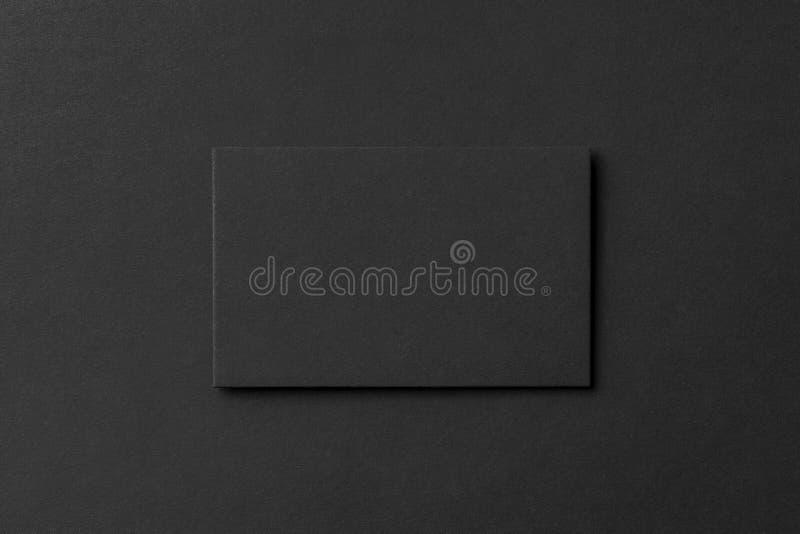 Maquette de carte de visite professionnelle vierge de visite au fond texturisé noir image stock