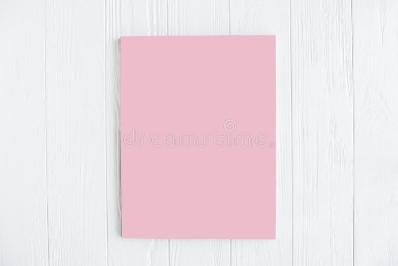 Maquette de couverture de magazine sur la table en bois blanche photo libre de droits