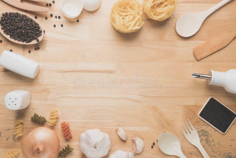 Maquette de cuisine de vue supérieure, ustensiles ruraux de cuisine sur la table en bois images stock