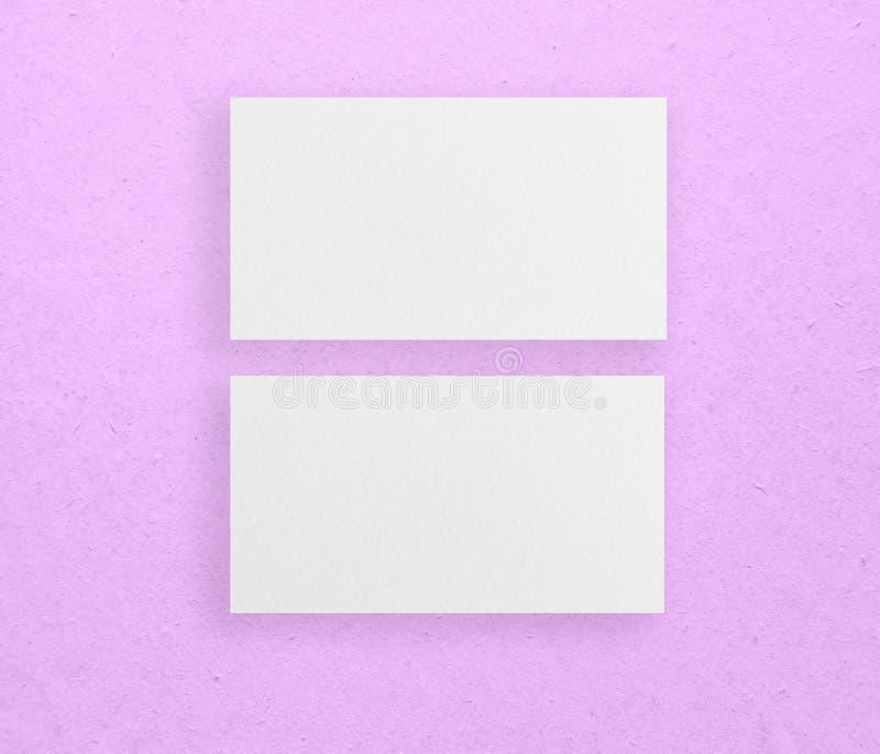 Maquette de deux cartes de visite professionnelle de visite horizontales au fond rose image stock