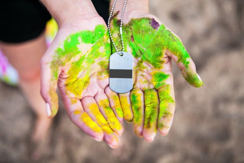 Maquette de médaille dans les mains du participant de la concurrence photos stock