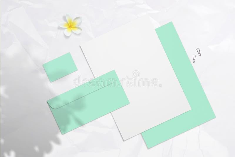 Maquette de marquage à chaud vide d'été avec les cartes de visite professionnelle, les enveloppes et les blocs-notes de visite en photos stock