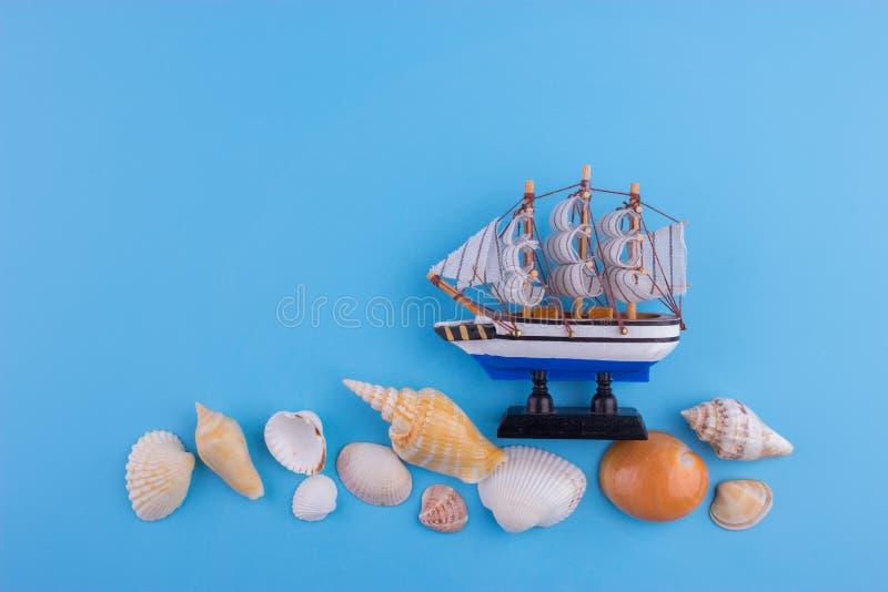 Maquette de navires sur le fond bleu de mur, images libres de droits
