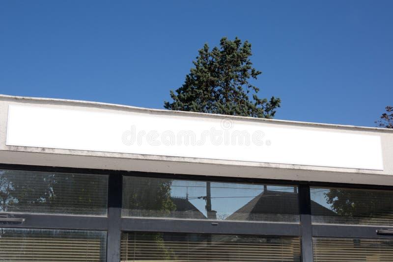 Maquette de panneau d'affichage dans le blanck commercial de construction de bannière de magasin d'affaires de rue vide pour la p photo stock