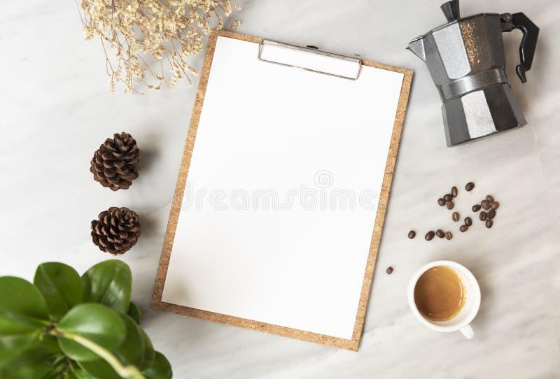 Maquette de papier de menu avec la tasse de café dans le restaurant pour le texte de liste de conception d'entrée photos stock