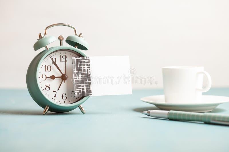 Maquette de rétro réveil de style avec la note collante vide avec l'espace de copie pour le texte image libre de droits