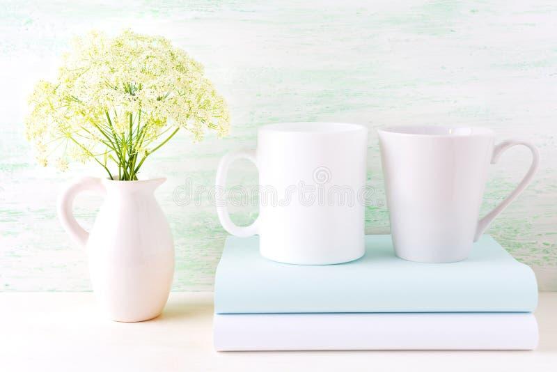 Maquette de tasses de café blanc et de latte avec les fleurs sauvages photo stock