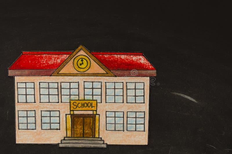 Maquette de vue supérieure avec le bâtiment scolaire de dessin coloré sur un tableau noir avec l'espace de copie Configuration pl images libres de droits