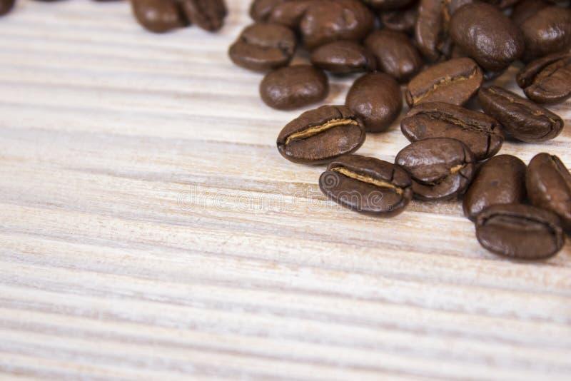 Maquette des grains de café sur le fond texturisé en bois d'isolement image libre de droits