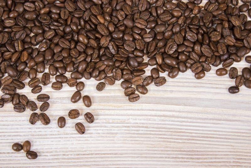Maquette des grains de café sur le fond texturisé en bois d'isolement photo stock