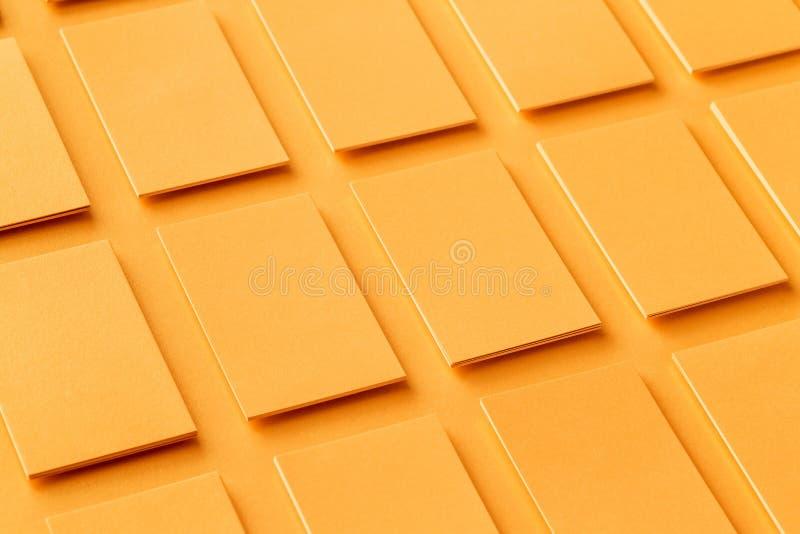Maquette des piles d'or horizontales de cartes de visite professionnelle de visite au fond de papier texturisé image stock