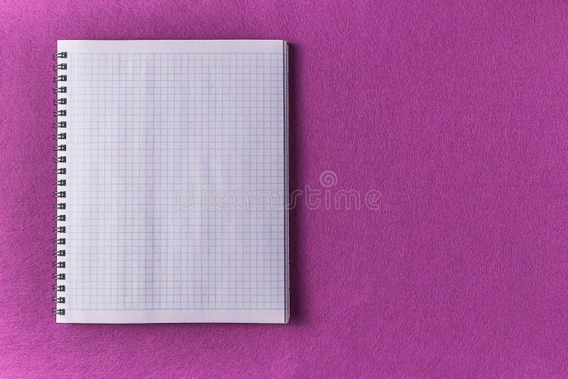 Maquette Exposé introductif pourpre et feuille blanche de carnet photos stock