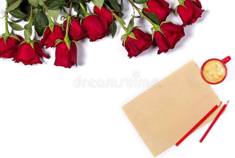 Maquette romantique Beau groupe de grandes roses rouges, de feuille de papier de métier, de crayons de couleur et de petite tasse photographie stock libre de droits