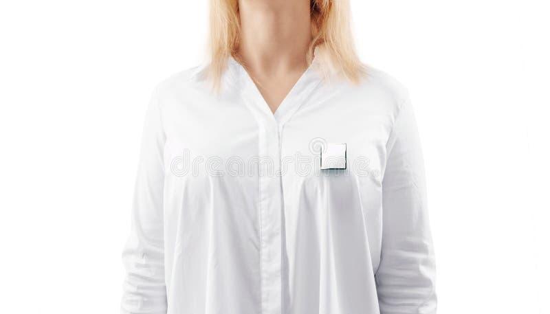 Maquette vide d'insigne de revers d'argent de place blanche sur le coffre de femme photos libres de droits
