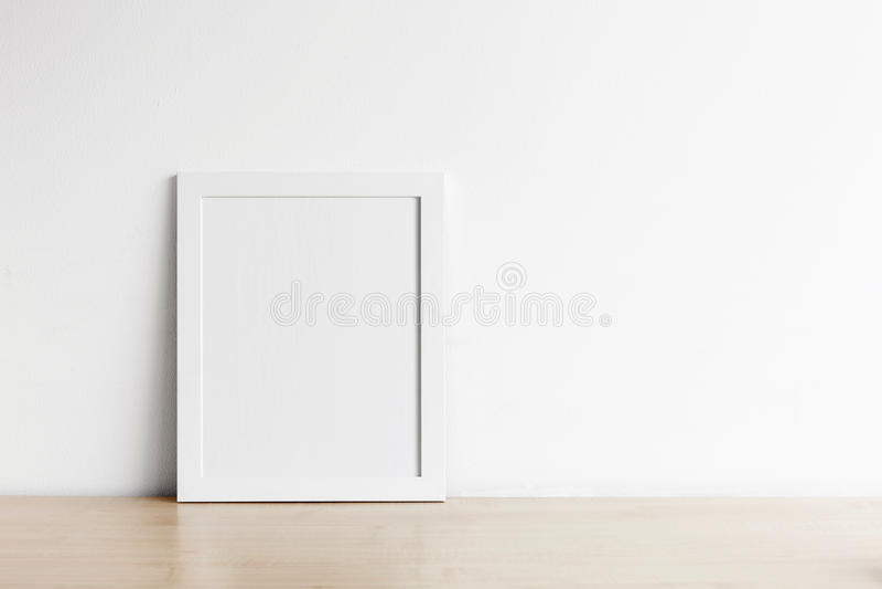 Maquette vide de cadre de photo sur la table en bois photo stock