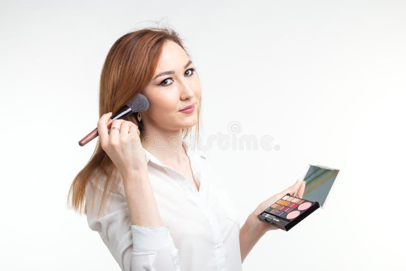 Maquilhador, beleza e conceito dos cosméticos - artista de composição fêmea coreano com a paleta das escovas e das sombras para o fotos de stock