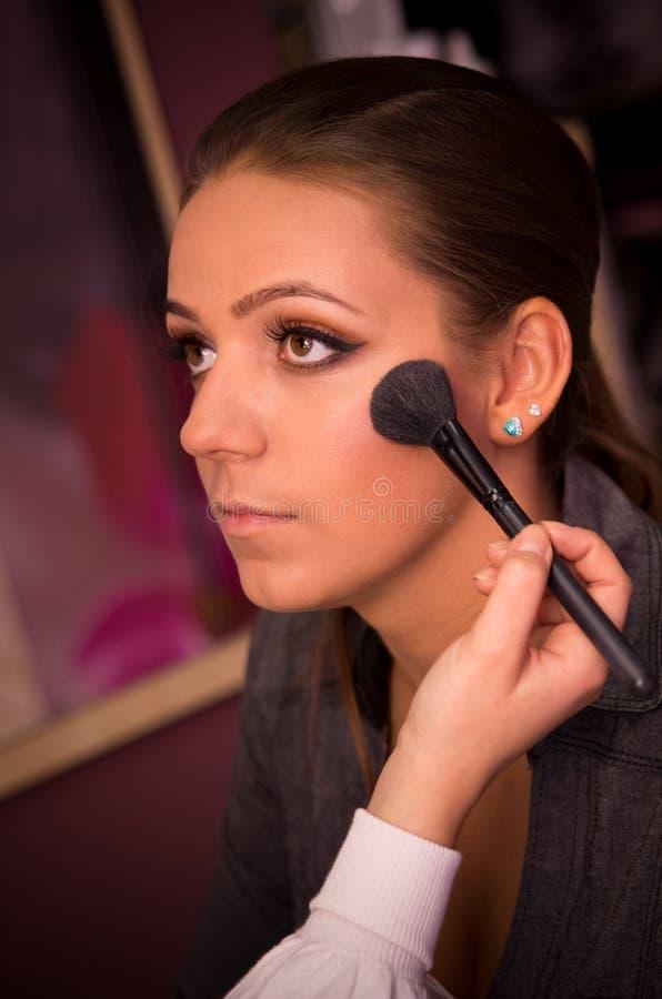 Maquilhador com modelo fotografia de stock