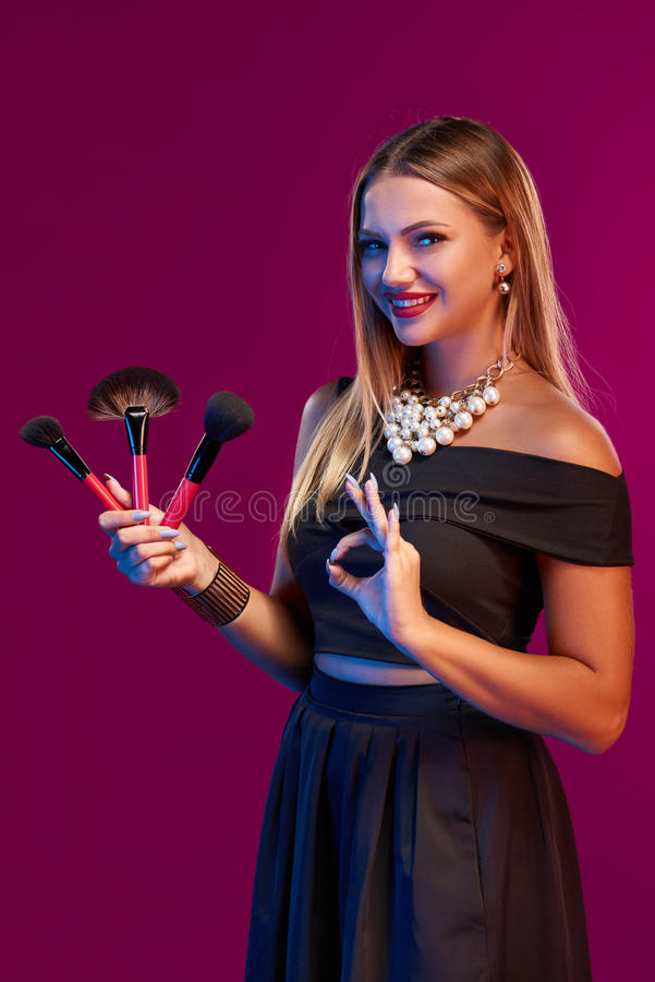Maquilhador da mulher que está com escovas fotos de stock