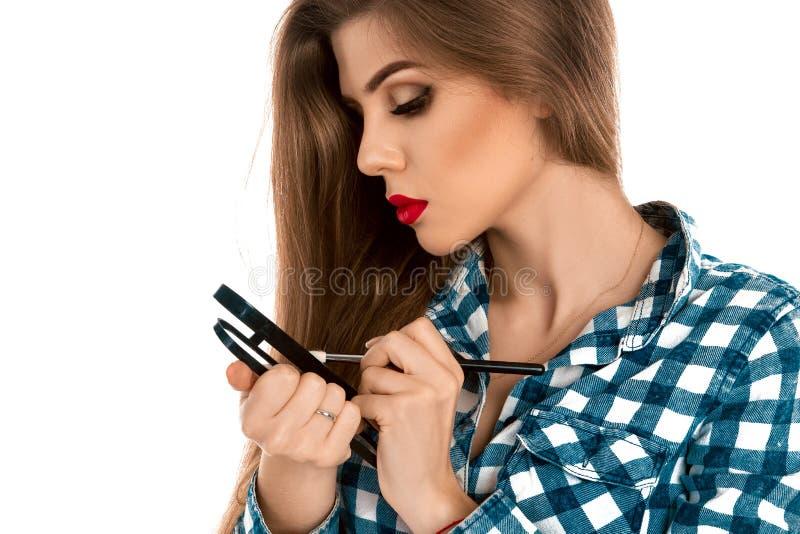 Maquilhador novo bonito com brushe à disposição imagens de stock