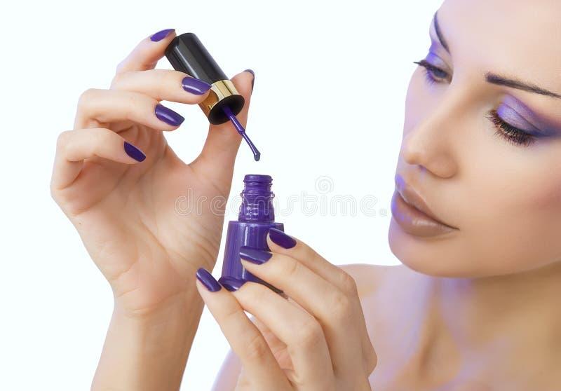 Maquillage, beauté processus de manucure - manucure pourpre photo libre de droits