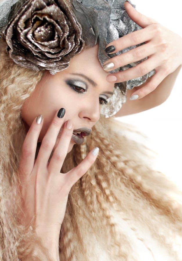 Maquillage beige et manucures de gris argenté image libre de droits