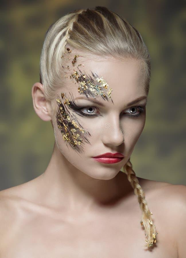 Maquillage créatif sur le visage femelle photos stock