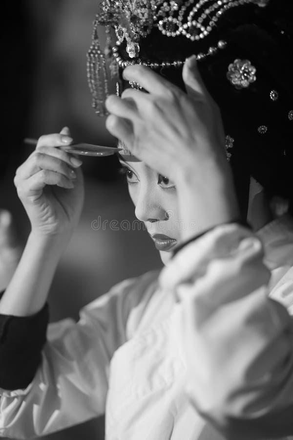 Maquillage d'actrice d'opéra de Pékin et cheveux de peigne photographie stock libre de droits