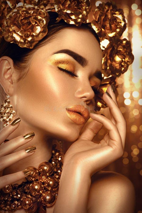 Maquillage d'or de vacances Guirlande et collier d'or image stock