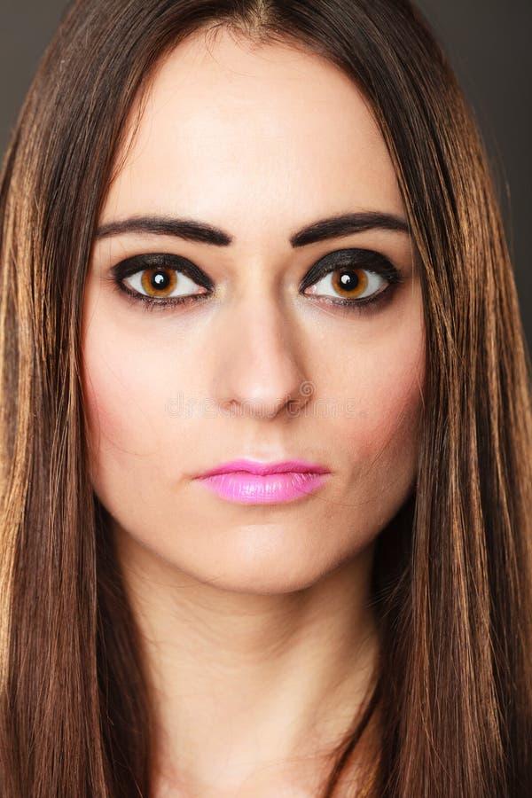 Maquillage d'obscurité de cheveux de fille de brune de portrait long images stock