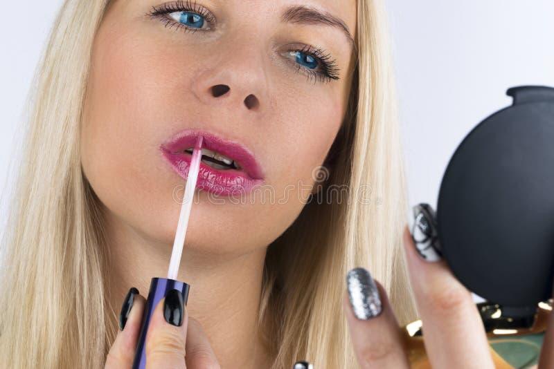 Maquillage de beauté Plan rapproché de beau visage blond de femme avec les yeux bleus et la peau lisse Pleines lèvres avec le lus image stock