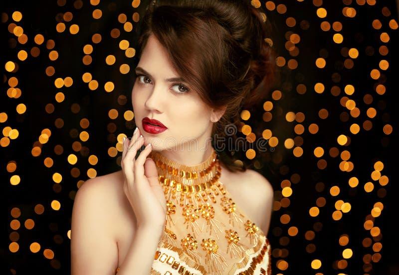 Maquillage de fille de beauté façonnez le bijou Dame élégante dans la robe d'or photos libres de droits