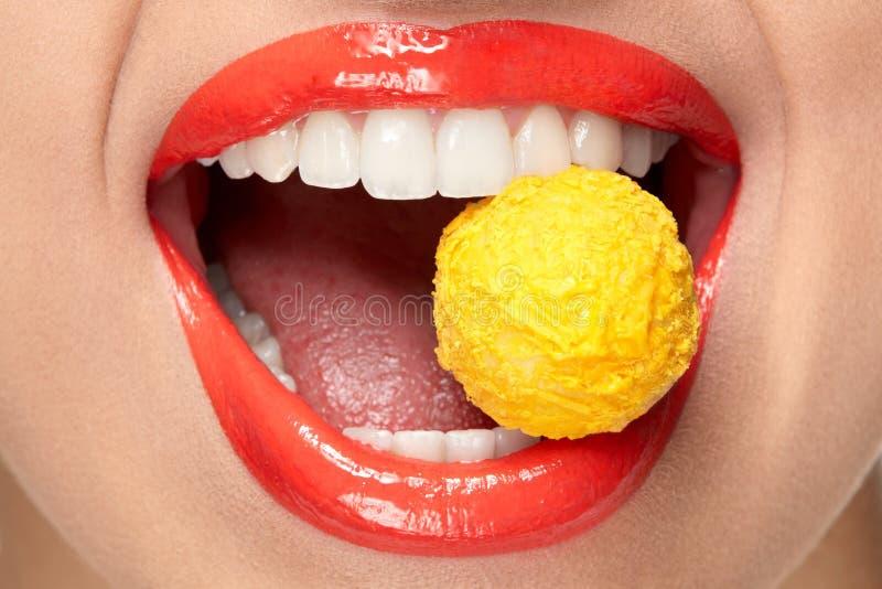 Maquillage de lèvres Lèvres avec le rouge à lèvres et les bonbons colorés photos stock