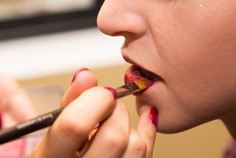 Maquillage de recouvrement sur le modèle photographie stock libre de droits