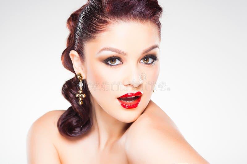 Maquillage et coiffure professionnels sur le beau visage de femme - tir de beauté de studio image libre de droits
