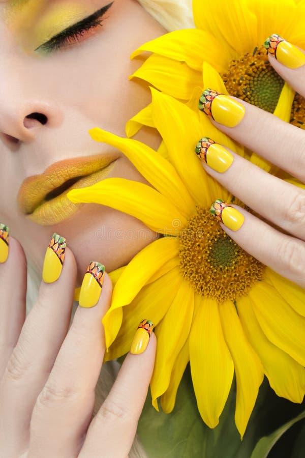 Maquillage et manucure jaunes d'été photos stock
