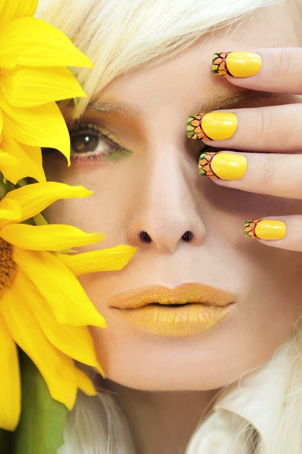Maquillage et manucure jaunes d'été image libre de droits