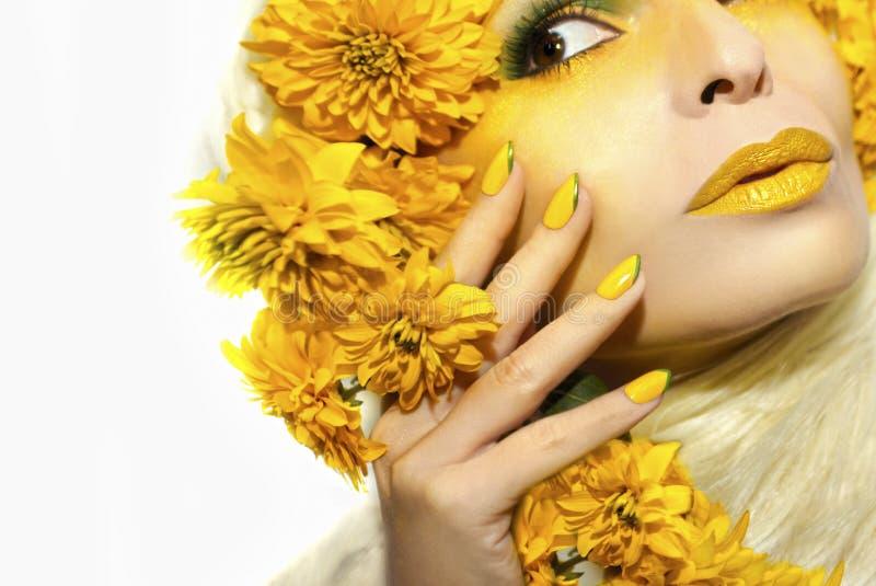 Maquillage et manucure jaunes d'été images stock