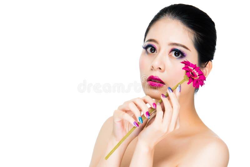 Maquillage femelle asiatique de cheveux noirs coloré image libre de droits