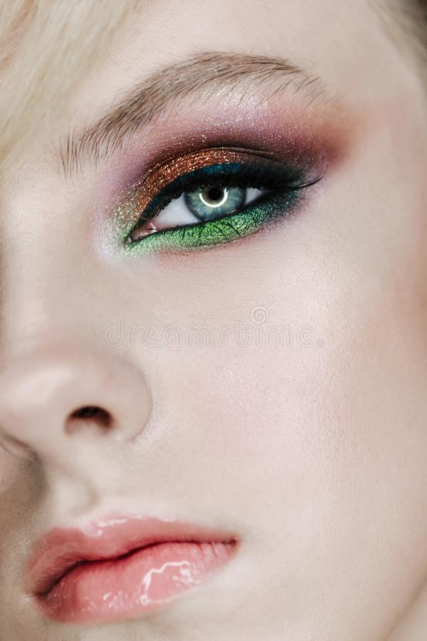 Maquillage fumeux de fard à paupières de jeune fille Façonnez le rouge à lèvres brillant naturel photo verticale de Moitié-visage photos stock