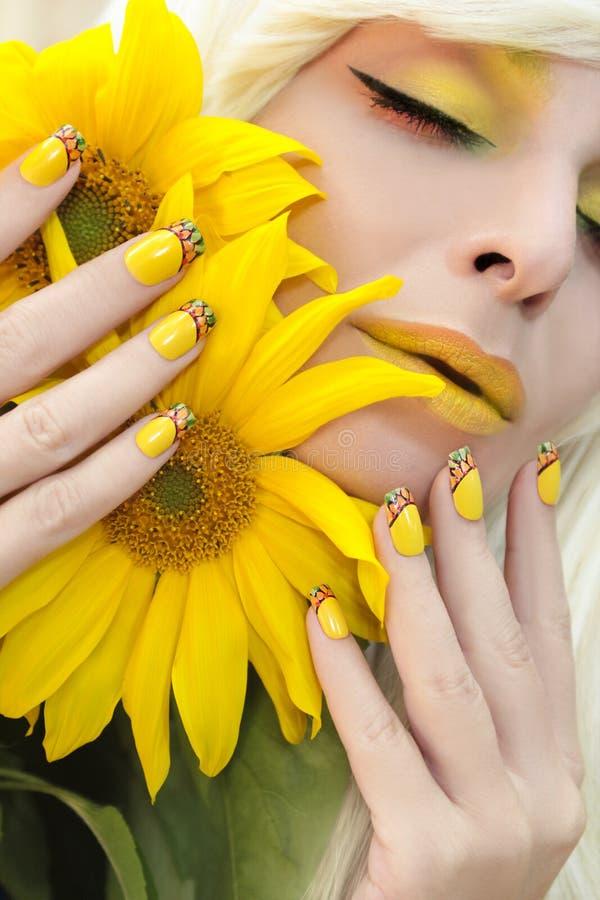 Maquillage jaune et manucure française images stock
