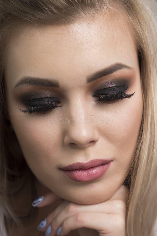 Maquillage lumineux et foncé sur une fille photographie stock libre de droits