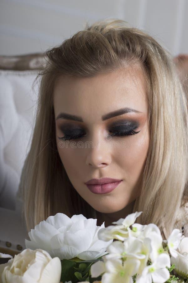 Maquillage lumineux et foncé sur une fille photos stock