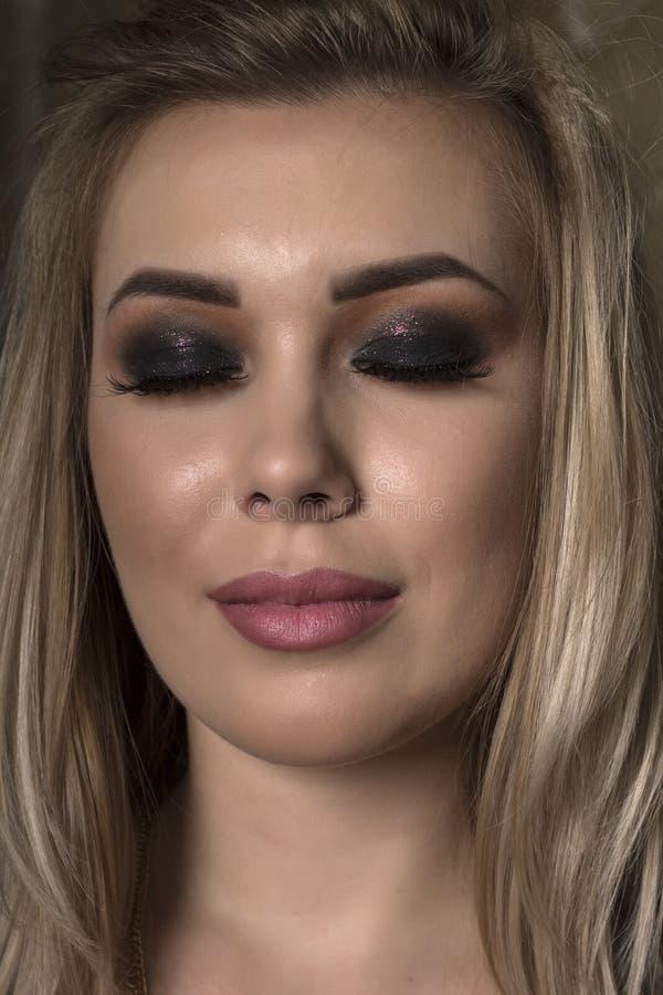 Maquillage lumineux et foncé sur une fille photo stock