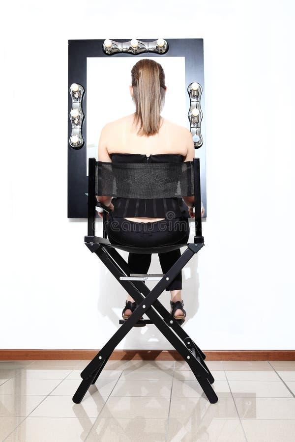 Maquillage, modèle se reposant dans le miroir avant photographie stock libre de droits